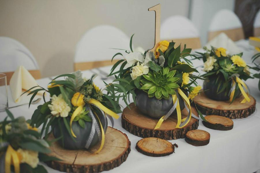 Aranżacja z kwiatów na stole